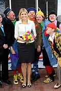 Prinses Maxima opent Cliniclowns College in Amersfoort, hier kunnen zieke en gehandicapte kinderen een speciaal voor hen gemaakte voorstelling meemaken.<br /> <br /> Princess Maxima opens CliniClowns ( dutch clown doctors ) College in Amersfoort, the sick and disabled children can experience here could a custom-made presentation .<br /> <br /> Op de foto/ On the Photo: <br /> <br /> clown doctors Prinses Maxima gaat met de CliniClowns / Princes Maxima with the Clown Doctors