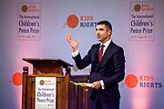 Uitreiking in de Ridderzaal van de Kindervredesprijs 2017 . De Internationale Kindervredesprijs wordt jaarlijks uitgereikt aan een kind dat zich op bijzondere wijze heeft ingezet voor kinderrechten en de situatie van kwetsbare kinderen. De prijs is een initiatief van de van oorsprong Nederlandse stichting KidsRights.<br /> <br /> Award ceremony in the Ridderzaal of the Children's Peace Prize 2017. The International Children's Peace Prize is awarded annually to a child who has made a special effort to promote children's rights and the situation of vulnerable children. The prize is an initiative of the originally Dutch foundation KidsRights.<br /> <br /> Op de foto / On the photo:  Paul Blokhuis, staatssecretaris van Volksgezondheid, Welzijn en Sport