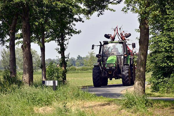 Nederland, Millingen, 20-5-2014Een grote tractor rijdt op een smalle weg in de ooijpolder, polder.Andere weggebruikers moeten hier goed rekening mee houden en het kan gevaarlijke situaties, verkeerssituaties opleveren.Foto: Flip Franssen/Hollandse Hoogte