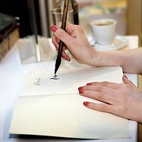 Nederland, Amsterdam , 6 maart 2010..Lulu Wang tijdens de signeersessies in de Bijenkorf voorafgaande aan de Boekenweek 2010..Foto:Jean-Pierre Jans