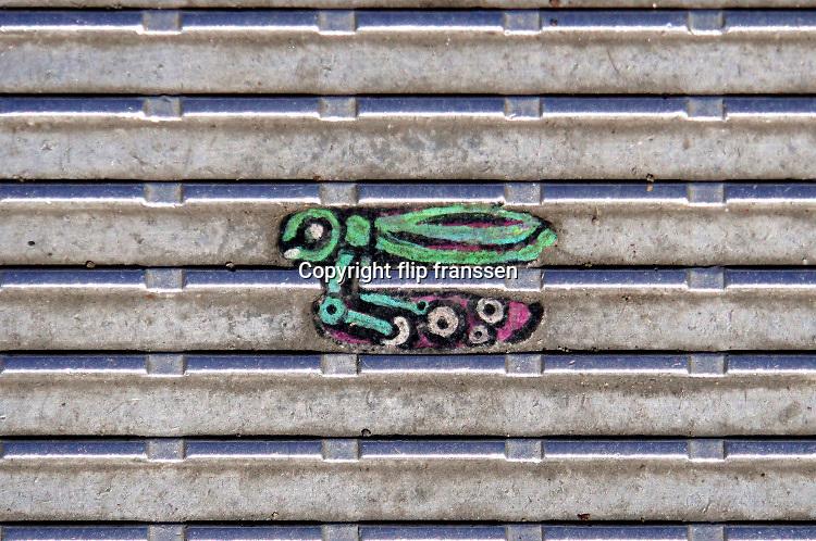 Engeland, Londen, 2019Artiest Ben Wilson, beter bekend als de chewing gumman aan het werk op de Millenium Bridge in Londen. Hij maakt kleine schilderwerkjes op platgelopen kauwgum die in de ribbels van het loopvlak blijft zitten. Wilson verwarmt eerst de kauwgum met een kleine toorts en bedekt het vervolgens  met drie lagen acrylglazuur. Hij maakt gebruik van speciale acrylverf om zijn beelden te verven en eindigt elk met een transparante lak. Het maken van de schilderijtjes duurt twee uur tot drie dagen om te produceren. Het onderwerp varieert van persoonlijke verzoeken tot dieren, portretten of wat dan ook in zijn hoofd opduikt. Artist Ben Wilson who paints art on discarded gum, and is also known as Chewing Gum Man, on the Millennium Bridge in London. Foto: Flip Franssen