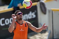 17-06-2016 NED: Beachvolleybaltoernooi eredivisie, Amsterdam<br /> Op het Mercatorplein in Amsterdam gaan de beachers uit de eredivisie van start / Mitchel Daniel #1