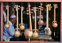 Chine, Province du Sinkiang (Xinjiang), Kashgar (Kashi), Bazar de la vieille ville, Population Ouigour, boutique de vielle traditionelle // China, Sinkiang Province (Xinjiang), Kashgar (Kashi), Old city bazar, Ouigour population, music intrument shop