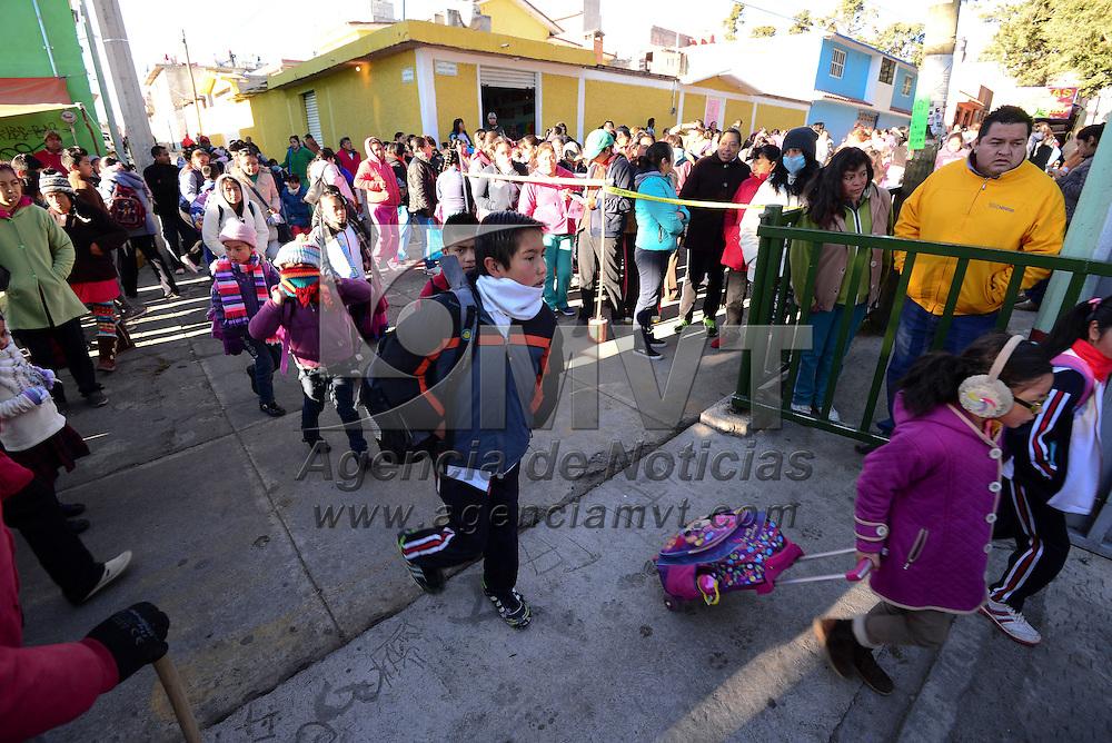 Toluca, México.- A pesar de las bajas temperaturas 4.3 millones de estudiantes se reincorporaron a sus actividades escolares este viernes después de la suspensión que se decreto por la llamada contingencia invernal.  Agencia MVT / Crisanta Espinosa
