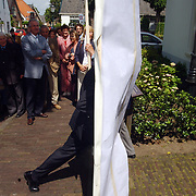 Opening Weeskinderen tentoonstelling Huizer Museum Huizen, burgemeester Jos Verdier opent en loop door tekening