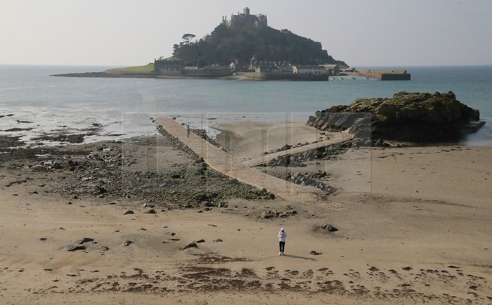 © Licensed to London News Pictures. 29/03/2019. Marazion, UK. People enjoy the warm weather conditions on the coast at Marazion in Cornwall, West England. Photo credit: Jason Bryant/LNP