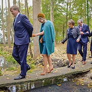 NLD/Almelo/20161028 - Streekbezoek Achterhoek door Willem-Alexander en Maxima, walking on a little bridge over water