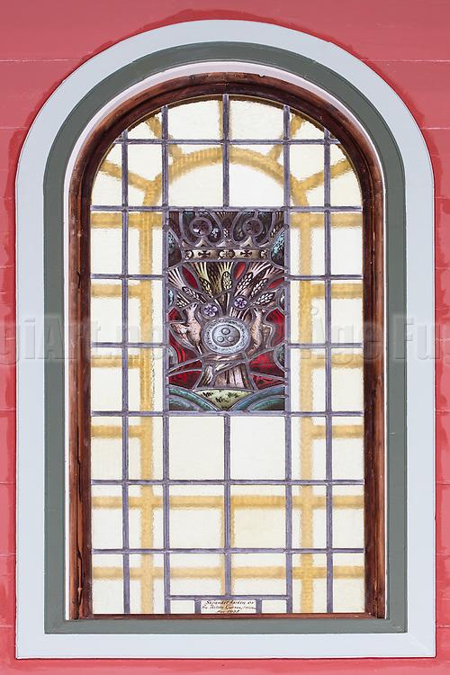 Vindu med blyglass i koret i Indre Herøy Kirke