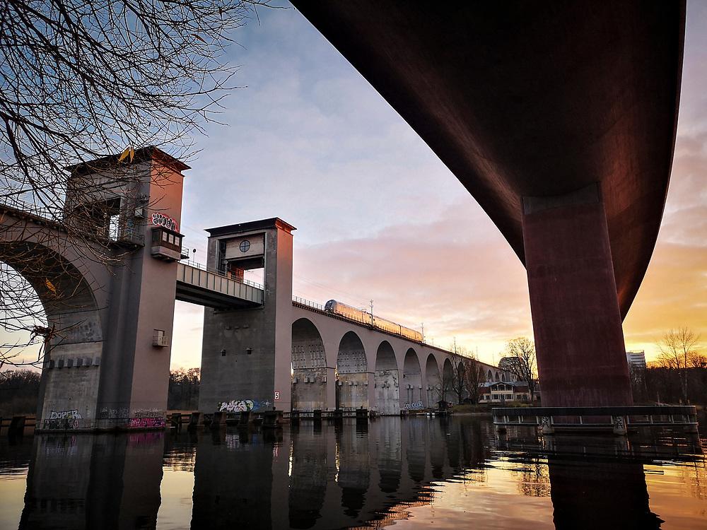 Nya och gamla Årstabroarna över Årstaviken på södra stambanan i Stockholm.<br /> New and old railwaybridges connection Stockholm with the southern part of Sweden.