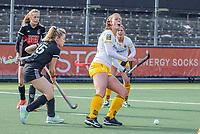 AMSTELVEEN - Rosa Fernig (DenBosch) met Freeke Moes (Adam)  tijdens  de hoofdklasse hockey competitiewedstrijd dames, Amsterdam-Den Bosch (0-1)  COPYRIGHT KOEN SUYK