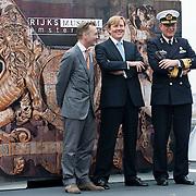 Zijne Koninklijke Hoogheid de Prins van Oranje vaart woensdag 14 maart mee met een proefvaart van het patrouilleschip Holland voor de Koninklijke Marine. De Holland vaart van Amsterdam naar Greenwich bij Londen. Bijzondere lading is de historische versiering van de achtersteven van het 17e eeuwse Engelse vlaggenschip Royal Charles dat destijds door Michiel de Ruijter is veroverd.Deze zogenaamde spiegelversiering uit de collectie van het Rijksmuseum wordt donderdag 15 maart, in aanwezigheid van de Prins, door het museum tijdelijk overgedragen aan het Nationaal Museum in Greenwich. Op de foto v.l.n.r.Wim Pijbes, directeur Rijksmuseum; ZKH Prins Willem Alexander en Vice-admiraal M.J.M. Borsboom. Foto JOVIP/JOHN VAN IPEREN.