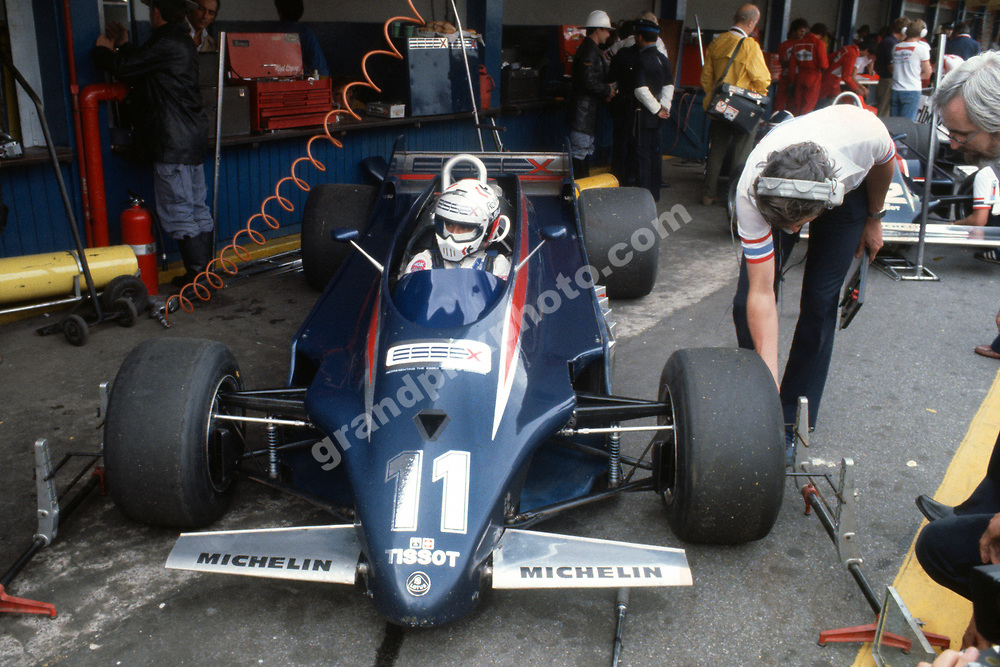 Lotys-Ford drivers Elio de Angelis (Lotus 88) and Nigel Mansell in the pits during practice for the 1981 Argentina Grand Prix in Buenos Aires. Photo: Grand Prix Photo