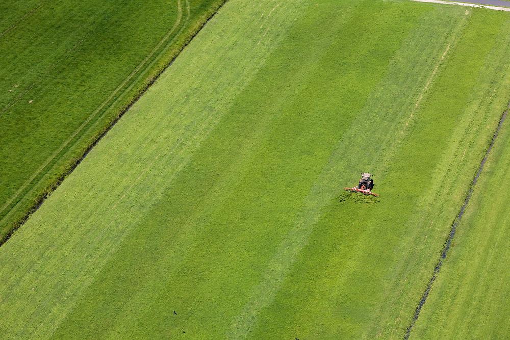 Nederland, Zuid-Holland, Arkel, 12-05-2009; Polder Rietveld, traktor is vers gemaaid gras aan het keren nadat het gemaaid is zodat het verder kan drogen in de zon. .Swart collectie, luchtfoto (25 procent toeslag); Swart Collection, aerial photo (additional fee required).foto Siebe Swart / photo Siebe Swart