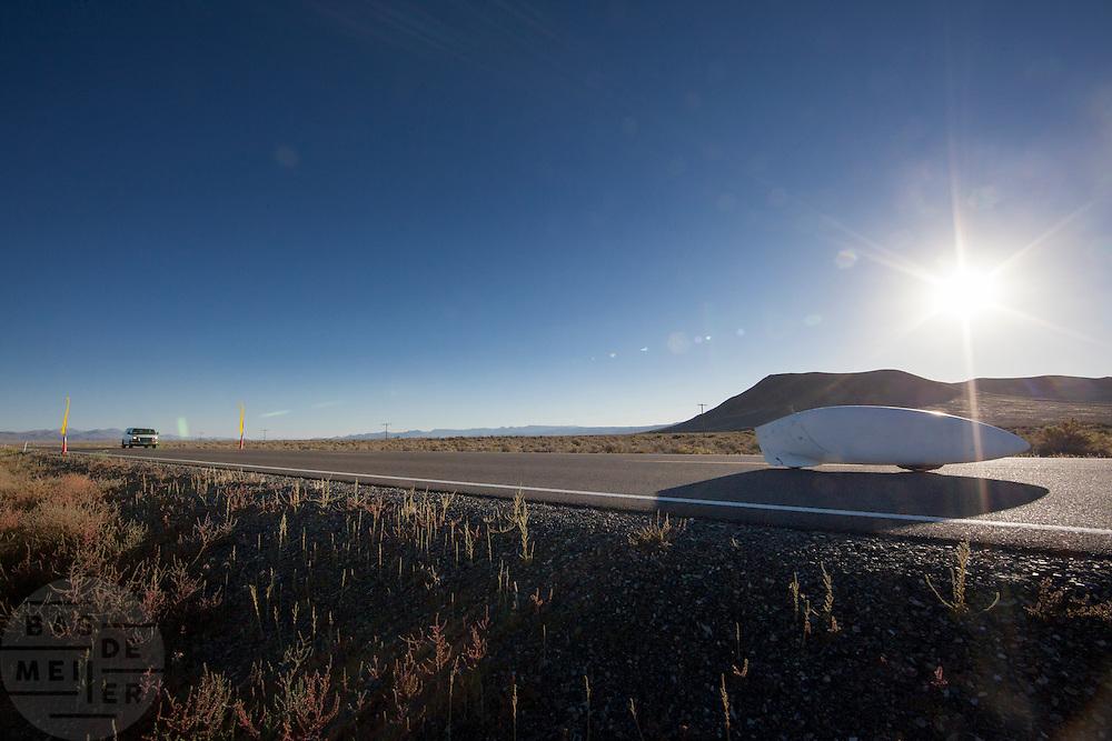 Todd Reichert in de Eta tijdens de derde racedag. In Battle Mountain (Nevada) wordt ieder jaar de World Human Powered Speed Challenge gehouden. Tijdens deze wedstrijd wordt geprobeerd zo hard mogelijk te fietsen op pure menskracht. Ze halen snelheden tot 133 km/h. De deelnemers bestaan zowel uit teams van universiteiten als uit hobbyisten. Met de gestroomlijnde fietsen willen ze laten zien wat mogelijk is met menskracht. De speciale ligfietsen kunnen gezien worden als de Formule 1 van het fietsen. De kennis die wordt opgedaan wordt ook gebruikt om duurzaam vervoer verder te ontwikkelen.<br /> <br /> Todd Reichert with the Eta on the third racing day. In Battle Mountain (Nevada) each year the World Human Powered Speed Challenge is held. During this race they try to ride on pure manpower as hard as possible. Speeds up to 133 km/h are reached. The participants consist of both teams from universities and from hobbyists. With the sleek bikes they want to show what is possible with human power. The special recumbent bicycles can be seen as the Formula 1 of the bicycle. The knowledge gained is also used to develop sustainable transport.