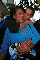 Ronaldinho Gaúcho beija sua mãe, Dna Miguelina, ao desembarcar no aeroporto internacional Salgado Filho, em Porto Alegre. FOTO: Jefferson Bernardes/Preview.com