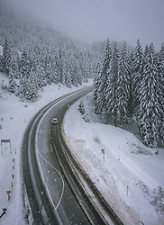 THEMENBILD - winterliche Fahrbedingungen bei starkem Schneefall, aufgenommen am 13. November 2019 am Pass Thurn, Oesterreich // winter driving conditions with heavy snowfall at the Pass Thurn, Austria on 2019/11/13. EXPA Pictures © 2019, PhotoCredit: EXPA/ JFK