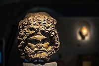 Tete de Jupiter.<br /> Lemusee gallo-romain de Lyona ete construit pres des theatres romains, sur la colline deFourviere, situee autrefois au cœur de la cite romaine de Lugdunum. <br /> Capitale de la province Lyonnaise, c etait une cite gallo-romaine importante et prospere qui a laisse de nombreux vestiges.<br /> Le musee actuel, construit par l architecteBernard Zehrfussa ete inaugure en 1975. Le batiment est inscrit en bordure du site antique, enterre sous la colline de fourviere.Les deux monuments majeurs de la cite : le theatre et l odeon, sont desormais integres au secteur classePatrimoine Mondialpar l UNESCO.A l interieur, on y accede par une rampe en beton brut descendant en spirale et se ramifiant vers des paliers destines a l exposition des collections du musée.<br /> Ce musee reçoit a peu pres 100 000 visiteurs par an.