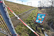 Nederland, Nijmegen, 4-2-2015Langs het talud van een spoorbaan loopt een pad. Het is met een hek afgesloten en er staat een bord van prorail wat waarschuwt niet langs het spoor te gaan lopen omdat de machinist dan moet remmen of stoppen waardoor o.a. de reiziger vertraging oploopt.FOTO: FLIP FRANSSEN/ HOLLANDSE HOOGTE