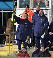 Photo: Lee Earle.<br /> Portsmouth v West Bromwich Albion. The Barclays Premiership. 17/12/2005. West Brom manager Bryan Robson (L) shouts his orders as they trail to Pompey.
