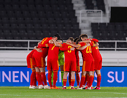 HELSINKI, FINLAND - Thursday, September 3, 2020: Wales players form a pre-match huddle before the UEFA Nations League Group Stage League B Group 4 match between Finland and Wales at the Helsingin Olympiastadion. (Pic by Jussi Eskola/Propaganda)