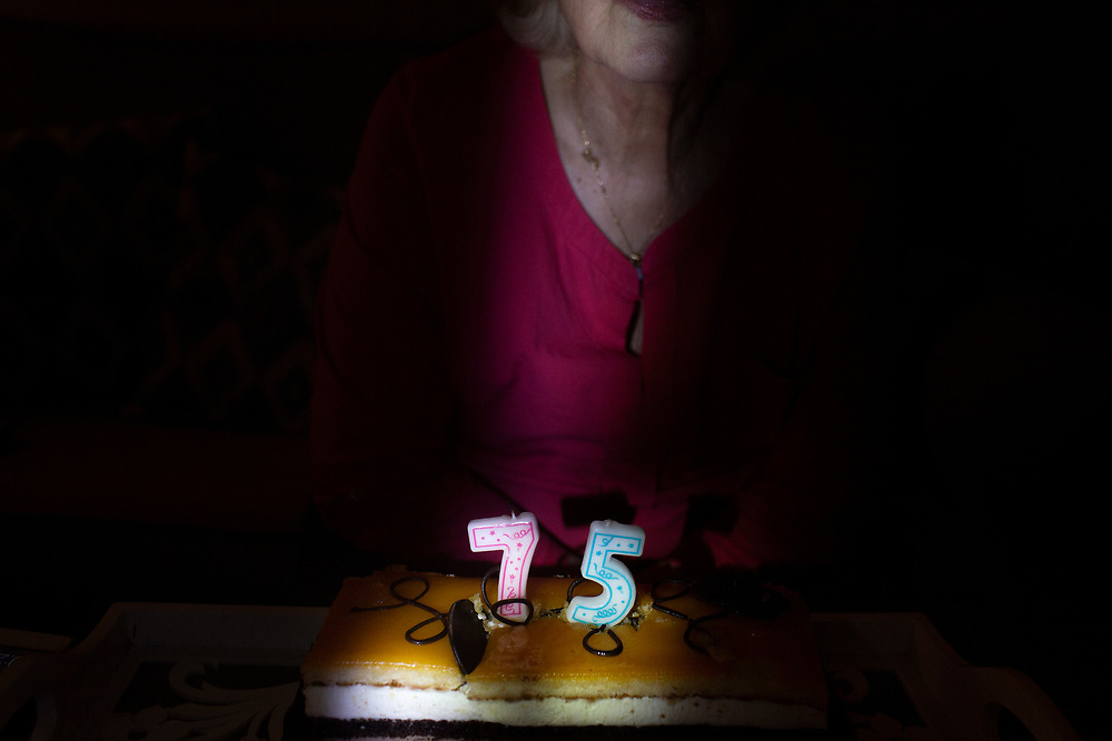 El 24 de marzo mi madre cumplio 75 años, hace años que la distancia no me permitia pasarlo con ella.Ahora esta pandemia y este confinamento me da la oportunidad de celebrarlo con ella, mientras me doy cuenta del paso imborrable del tiempo, y de todos los momentos que por vivir fuera he perdido con la familia.
