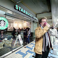 Nederland, Amsterdam , 8 november 2009..Starbucks Coffee heeft een nieuwe filiaal geopend op Centraal Station..New branch of Starbucks Coffee on the Central Station in Amsterdam.