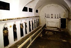 """La Basilica Cattedrale venne costruita per volere del Vescovo Castrese Scaja, che nel 1750 fece demolire la precedente chiesa medievale (pericolante a causa di un terremoto avvenuto il 20 febbraio 1743) facendo costruire la nuova cattedrale di gusto barocco; a sua volta probabilmente la struttura medievale poggiava su un tempio pagano.La Cattedrale, per volere di Giovanni Paolo II, è stata elevata nel 1992 a Basilica Pontificia Minore. Di particolare interesse risulta la """"cripta delle mummie"""", un oratorio cinquecentesco sulle cui pareti sono state ricavate nicchie che contengono i cadaveri mummificati di confratelli dell'Arciconfraternita della Morte."""