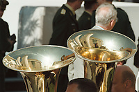 02 MAY 2001, BERLIN/GERMANY:<br /> Feier zur Einweihung und Schluesseluebergabe fuer das neue Bundeskanzleramt, in den Blasinstrumenten des Musikkorps spieget sich das Leitungsgebaeude mit Ostfassade zum Ehrenhof und die Stahlskulptur des Bildhauers Eduardo Chillida<br /> IMAGE: 20010502-01/01-21<br /> KEYWORDS: Kanzleramt, Neubau