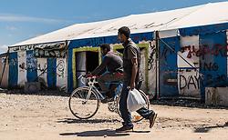 24.06.2016, Dschungelcamp, Calais, FRA, der Dschungel von Calais, im Bild Migranten mit Fahrrad. Das Camp ist eine provisorische Zeltstadt nahe der französischen Stadt Calais. Mehrere tausend Menschen kampieren dort in Zeltunterkünften und warten auf eine Möglichkeit zur illegalen Weiterreise durch den Eurotunnel nach Großbritannien. Migrants with bicycle. The Calais Jungle is the nickname given to a migrant encampment, where migrants live while they attempt illegally to enter the United Kingdom at the Jungle Camp of Calais, France on 2016, 06, 24. EXPA Pictures © 2016, PhotoCredit: EXPA, JFK