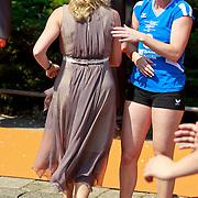 NLD/Weert/20110430 - Koninginnedag 2011 in Weert, Maxima aan het volleyballen