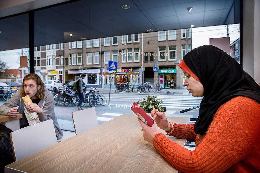 Nederland, Amsterdam, 2 februari 2016.<br /> Mona Ghadir uit de Transvaalbuurt doet boodschappen in de Pretoriastraat om falaffel te maken.<br /> Bij de HEMA gaat Mona vaak zitten om even uit te rusten en heeft ze uitzicht op haar straat.<br /> <br /> Reportage of egyptian Mona Ghadir living in Amsterdam. Today she shops for ingredients and prepares typical egyptian dishes. <br /> <br /> Foto: Jean-Pierre Jans