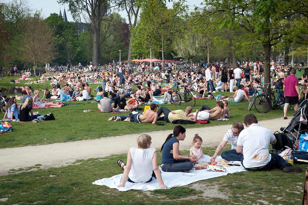 Nederland, Amsterdam, 21 april 2011.Vondelpark op een zonnige lentedag..Picknick.Foto (c) Michiel Wijnbergh, Driebergen