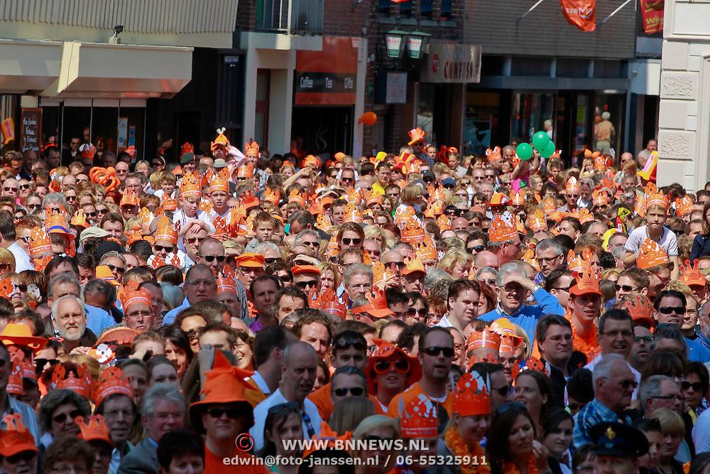 NLD/Weert/20110430 - Koninginnedag 2011 in Weert, publiek gekleed in het oranje