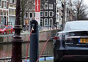 Nederland, Amsterdam, 29-1-2013Een Tesla elektrische auto staat op te laden aan een laadpunt op de Keizersgracht.Foto: Flip Franssen/Hollandse Hoogte