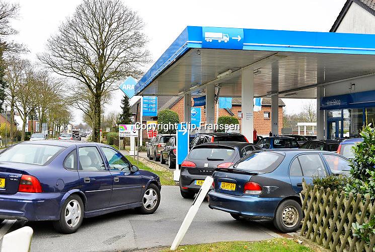 Nederland, Kranenburg, 25-2-2017Drukte bij de Aral benzinepomp in Duitsland. Door het prijsverschil met de brandstoffen in Nederland gaan veel mensen in de grensregio even de grens over om te taknen bij een Duitse pomp.Foto: Flip Franssen