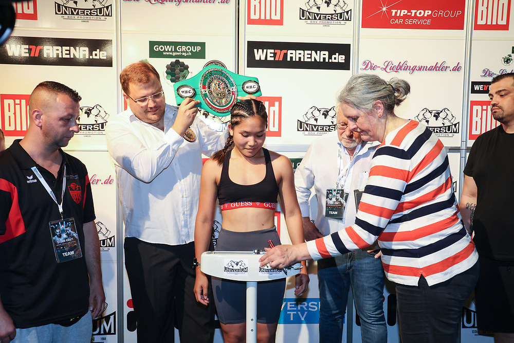 Boxen: Universum Boxpromotion, Boxgala, Waage, Hamburg, 18.06.2021<br /> WBC-Youth-Weltmeisterschaft: Fai Phannarai (GER)<br /> © Torsten Helmke