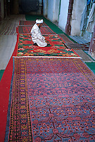 Chine. Province du Sinkiang (Xinjiang). Kashgar (Kashi). Bazar de la vieille ville. Population Ouigour. Mosquee // China. Sinkiang Province (Xinjiang). Kashgar (Kashi). Old city bazar. Ouigour population. Mosque.