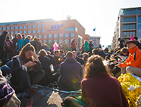 DEU, Deutschland, Germany, Berlin, 09.10.2019: Kundgebung der Aktivisten von Extinction Rebellion (XR) mit einer Strassenblockade und Besetzung der Marschallbrücke. Die Umweltschützer wollen mit zahlreichen Aktionen und Blockaden in der Stadt auf ihr Anliegen einer strengeren Klimapolitik aufmerksam machen.