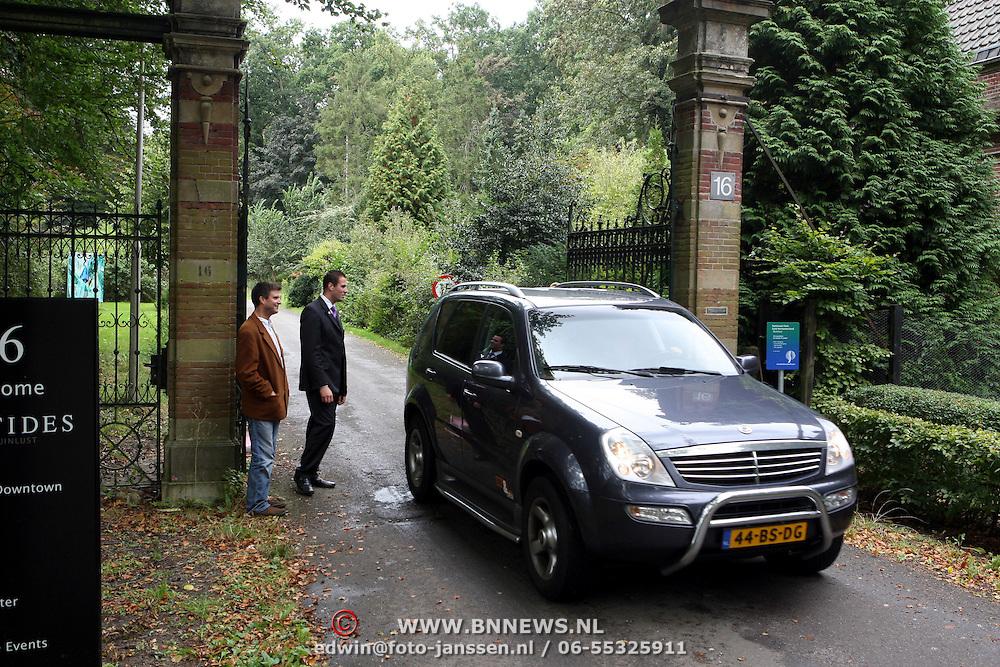 NLD/Overveen/20070921 - Huwelijk Ruud de Wild en Aafke Burggraaff, beveiliging aan de poort