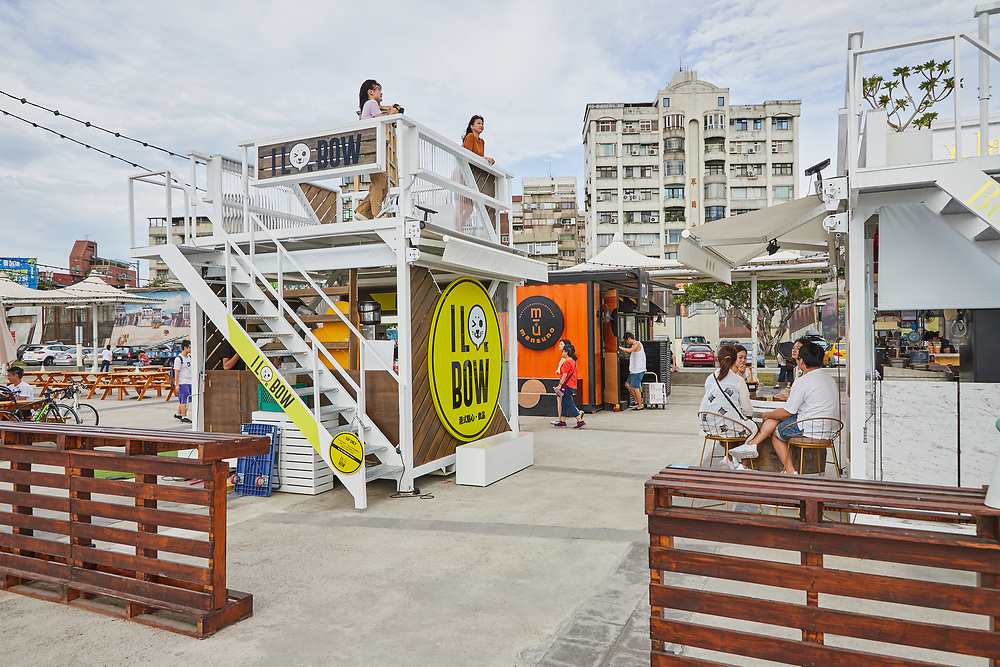 Pier 5 is a new food and drink site next to the Dadaocheng Wharf. Housed in shipping containers, the colorful location makes for a relaxing afternoon eating and drinking by the river.