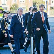 NLD/Hilversum/20110208 - Prins Willem Alexander aanwezig bij de Gouden Apenstaarten 2011, Aankomst Z.K.H. Prins Willem Alexander bij Beeld & Geluid