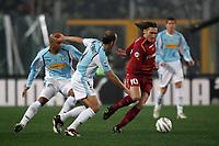 Fotball<br /> Serie A Italia 2004/2005<br /> Foto: Graffiti/Digitalsport<br /> NORWAY ONLY<br /> <br /> Roma 6/1/2005<br /> <br /> Lazio Roma 3-1 <br /> AS Roma captain Francesco Totti challenged by SS Lazio Paolo Di Canio (C) and Ousmane Dabo (L)