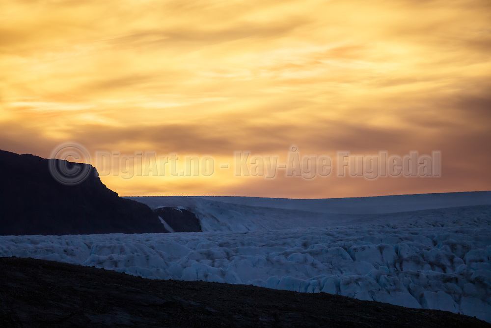 Early photoshoot at Kongsfjorden, Spitsbergen. The sun rises over a glacier   Tidlig fotografering i Kongsfjord, Svalbard. Solen er i ferd med å stå opp over en isbre.