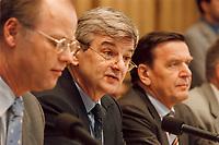 03.04.1999, Deutschland/Bonn:<br /> Rudolf Scharping, Bundesverteidigungsminister, Joschka Fischer, Bundesaußenminister, und Gerhard Schröder, Bundeskanzler, während einer Pressekonferenz zur aktuelle Lage im Kosovo-Konflikt, Bundes-Pressekonferenz, Bonn<br /> IMAGE: 19990403-02/02-19<br /> KEYWORDS: Gerhard Schroeder