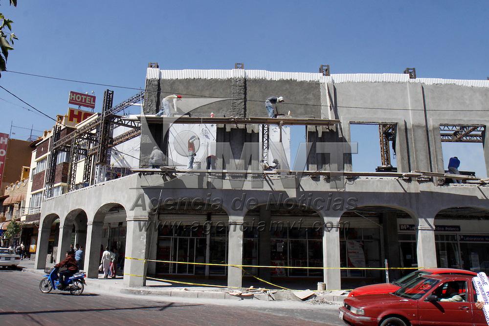 TOLUCA, México.- Las obras de construcción del portal 5 de Febrero  reporta un avance del 70%; se prevé que estén concluidos en los primeros días del próximo año, por lo que peatones, comerciantes y automovilistas tendrán que soportar todavía algunas molestias. Agencia MVT / Crisanta Espinosa. (DIGITAL)