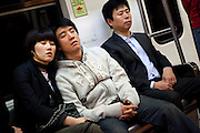 Schlafende Passanten in der Metro von Seoul.<br /> <br /> Sleeping travellers in the Seoul subway.