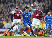 Fotball<br /> Premier League 2004/05<br /> Aston Villa v Birmingham<br /> Villa Park<br /> 12. desember 2004<br /> Foto: Digitalsport<br /> NORWAY ONLY<br /> Birmingham City's goalscorer David Dunn cuts through Aston Villa's Gavin McCann (left) and Mark Delaney