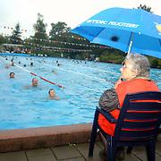 Zwemvierdaagse 2002 Huizen, toezicht ouderen in de regen