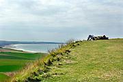 Frankrijk, Sangatte, 9-4-2006 Uitzicht op Het Kanaal, Nauw van Calais, Street of Dover, Straat van Calais, vanaf Cap Griz Neo. Een recreant, toerist, reiziger, rust uit op de rand van de rotskust.Uitrusten. Uitzicht, landschap, vergezicht over de zee. Foto: Flip Franssen