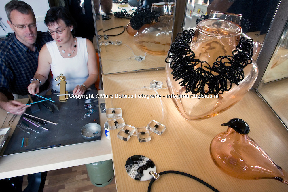 rosmalen ,het echtpaar ron en rianne geurts staten met een sieradengalerie in de groote wielen.